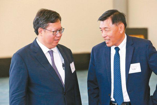 國安局長彭勝竹(右)昨午在桃園機場迎接蔡總統時,與桃園市長鄭文燦(左)交談,未料...