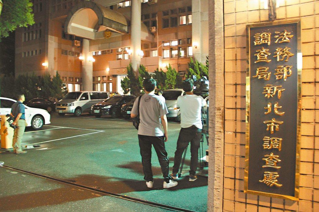 調查局新北市調查處昨天深夜將涉嫌走私香菸的國安局官員移送檢方偵訊。 記者陳俊智/...