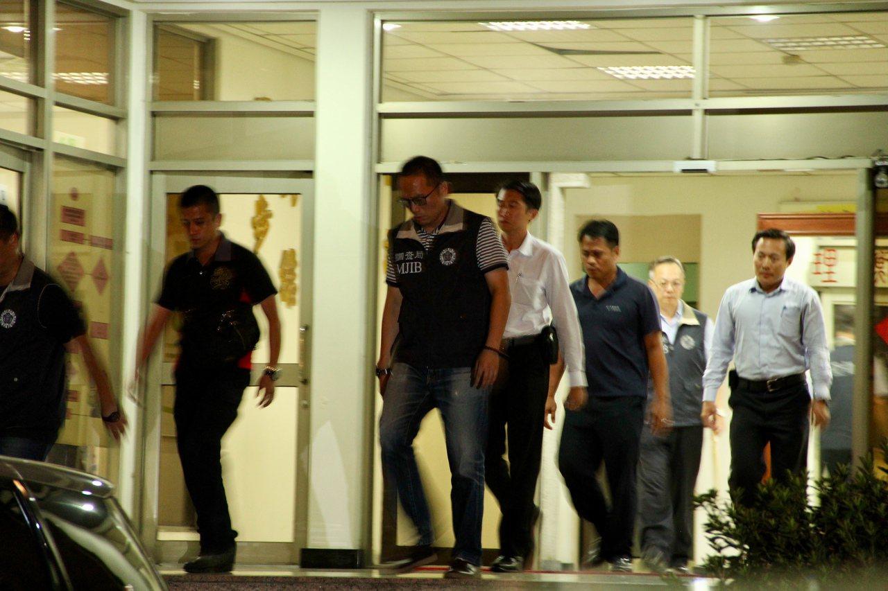 調查局新北市調查處昨夜將涉嫌走私香菸的國安局官員移送檢方偵訊。記者陳俊智/攝影