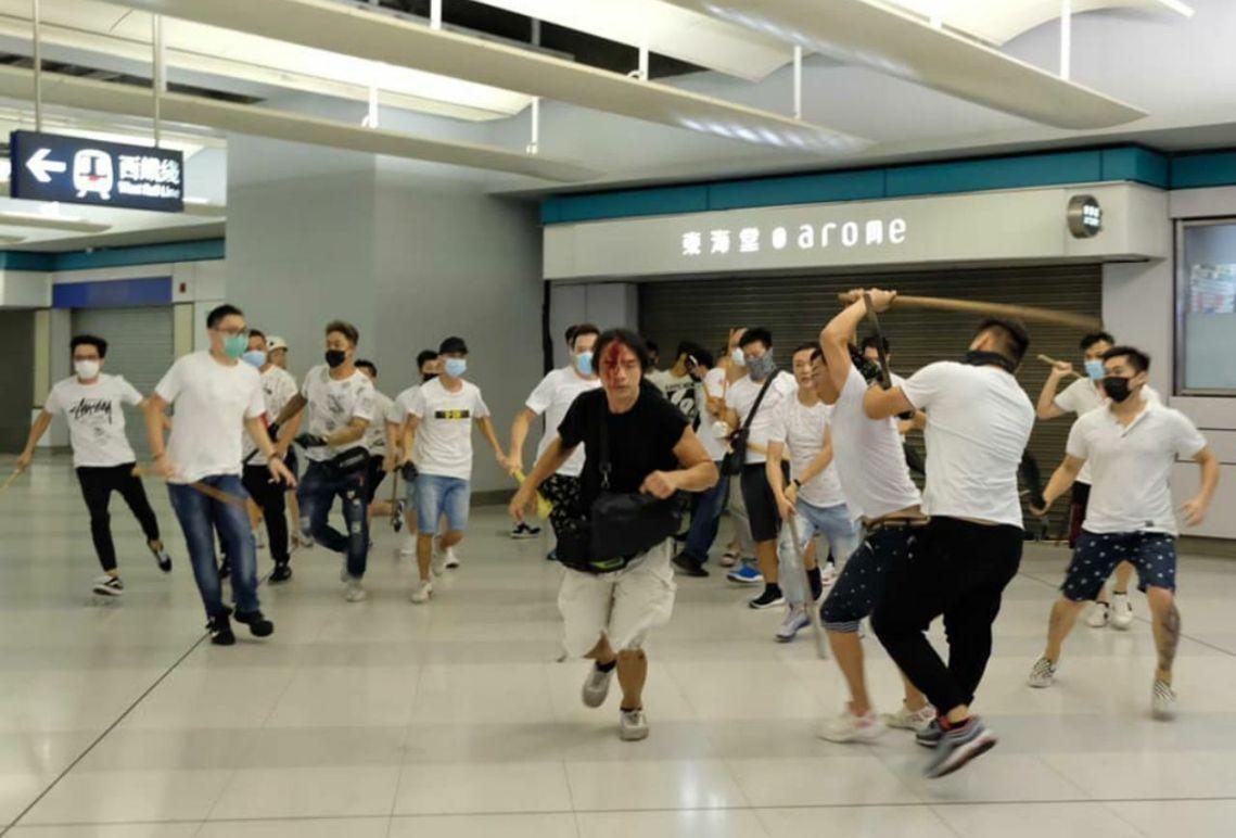 廿一日深夜,香港新界元朗區出現大批手持棍棒的「白衣人」,於地鐵站內瘋狂毆打穿黑衫...
