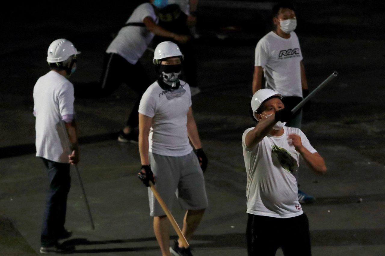 香港元朗地區昨天凌晨出現白衣人持武器對示威民眾施暴。 (路透)