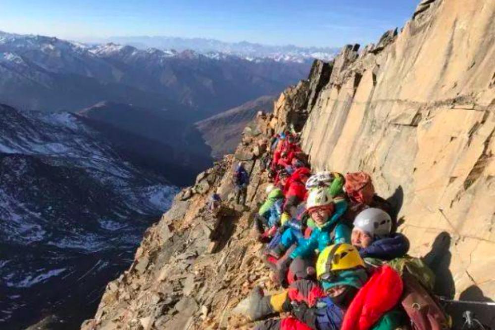 北大珠峰登山隊的常規爬樓訓練,三年累計爬樓高度相當於十座珠穆朗瑪峰。(新浪微博照...