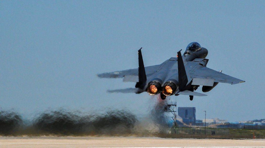 圖為南韓空軍 F-15K鷹式戰鬥機 路透
