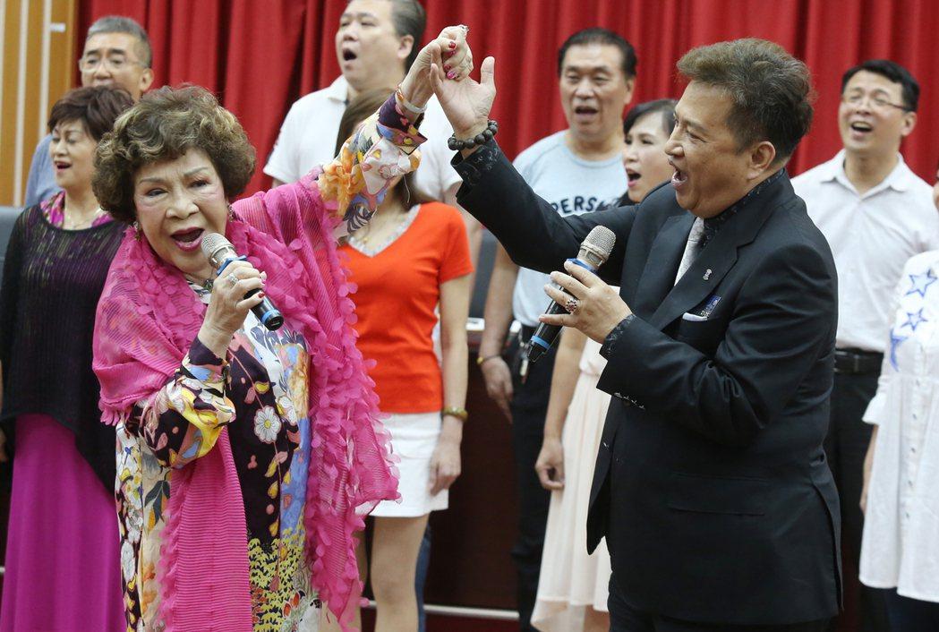 周遊(前左)、李朝永(前右)影人協會與台北商業大學策略聯盟締約典禮,並在典禮上合...