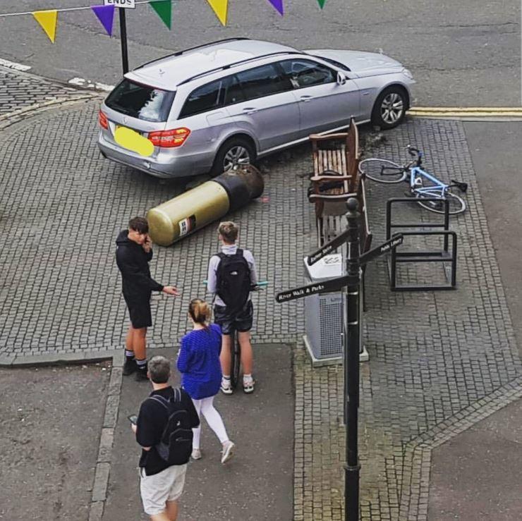 「英國希望」墨瑞的「金牌郵筒」,遭一輛失控的銀色賓士撞倒。圖擷自推特