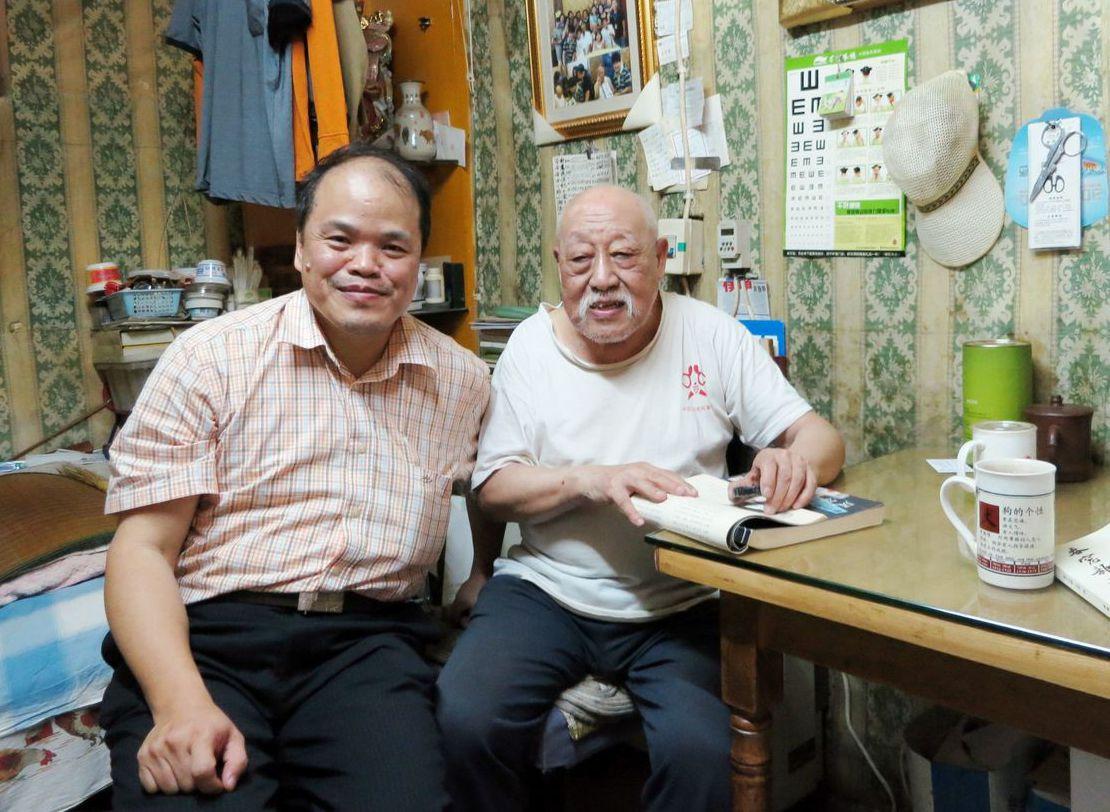 中研院院士黃一農(左)研究紅學,赴北京拜訪曾抄錄《廢藝齋集稿》的孔祥澤(右)。 ...