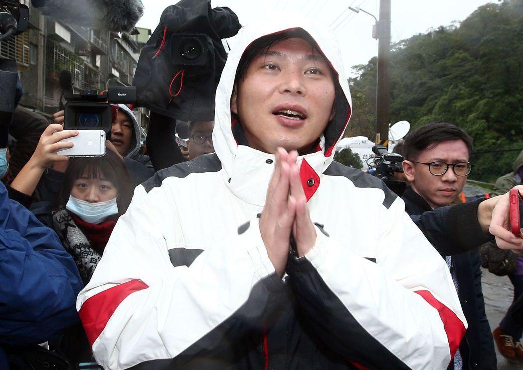 罷免案當天黃國昌抵投票所時,受到大批媒體包圍。 圖/聯合報系資料照片