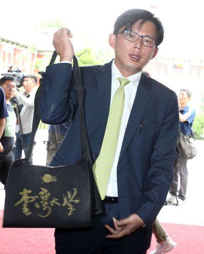 雖然民調落後,但7月2日黃國昌抵達立院時,肩背台灣大學書包,瀏海帥氣蓋在額頭。 ...