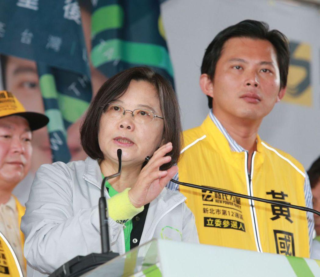 2015年12月,蔡英文(左)出席黃國昌(右)的汐止競選總部成立大會。 圖/聯合...