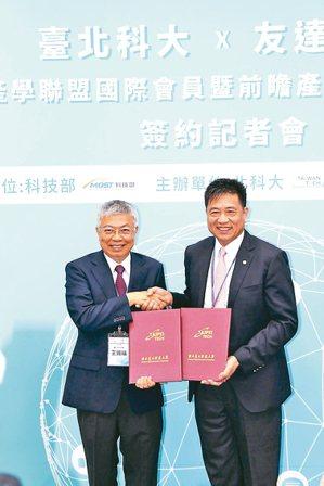 北科大校長王錫福(左)與友達董事長彭双浪簽署「國際產學聯盟國際會員暨前瞻產學研發...