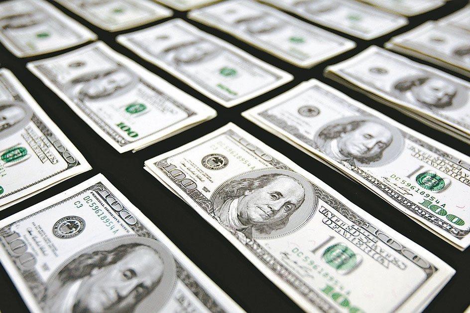 美歐央行鴿聲嘹亮,帶動全球資金行情起舞,三大債券基金已連續六周全面吸金,不過美中...
