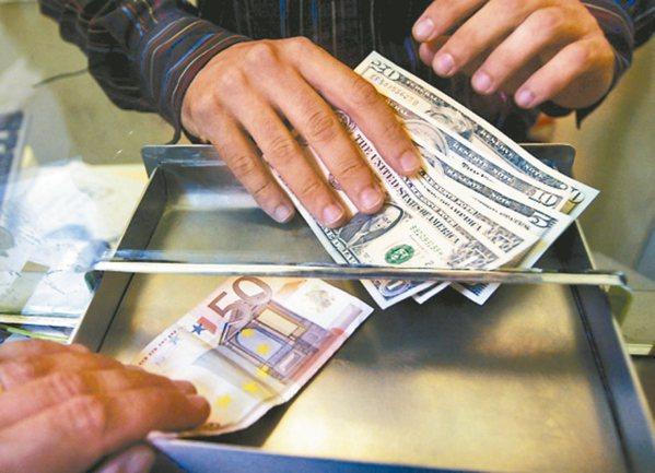 搶攻境外資金回台商機,金融業者向金管會爭取放寬券商複委託海外投資標的、專業投資人...