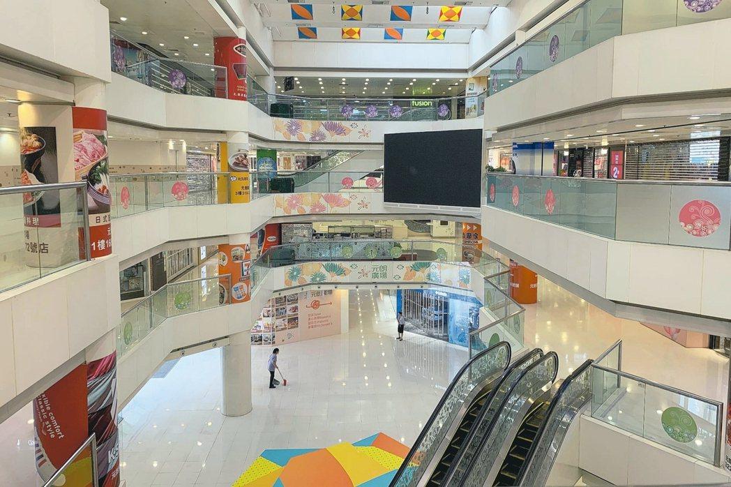 香港元朗、屯門等地昨天出現商鋪關門、餐廳停業的「空城」現象。 路透