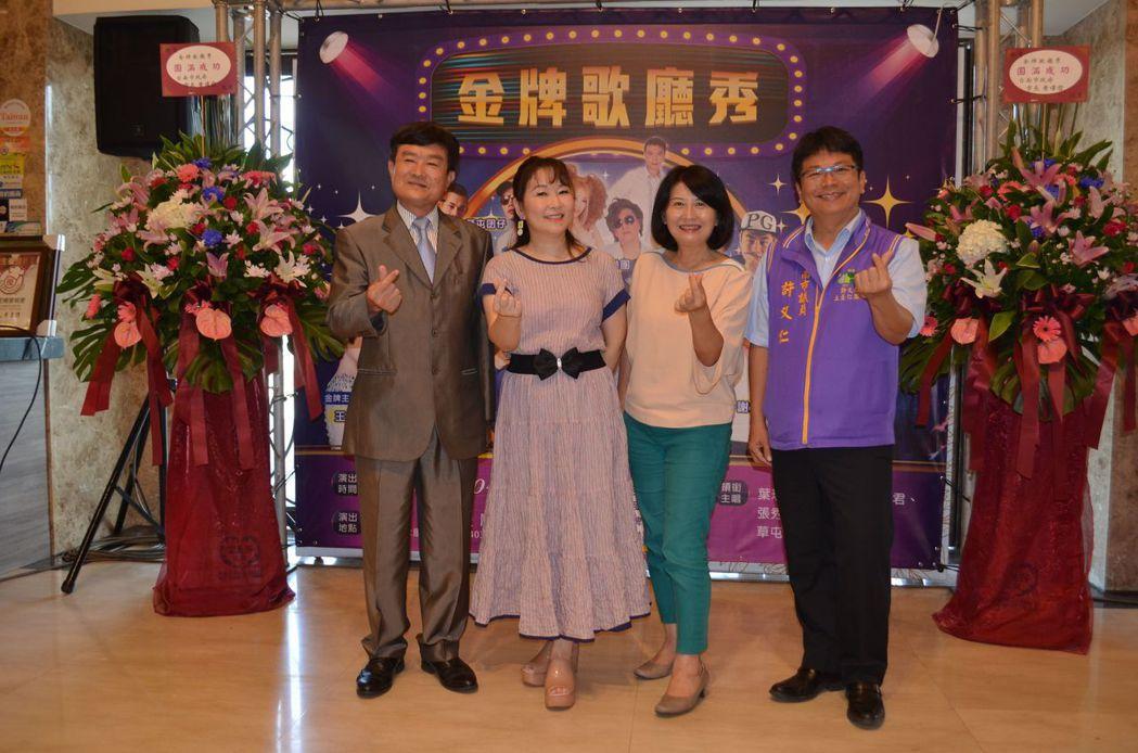 許文華董事長(左一)、張秀卿(左二)、臺南市長黃偉哲夫人劉育菁老師(右二)合影。...