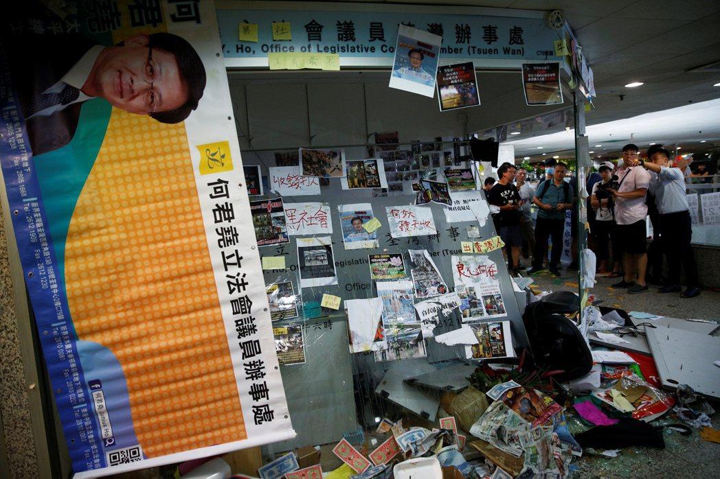 網路稱香港立法會建制派議員何君堯與實施暴力攻擊的白衣人有關,昨天下午大批示威者闖...