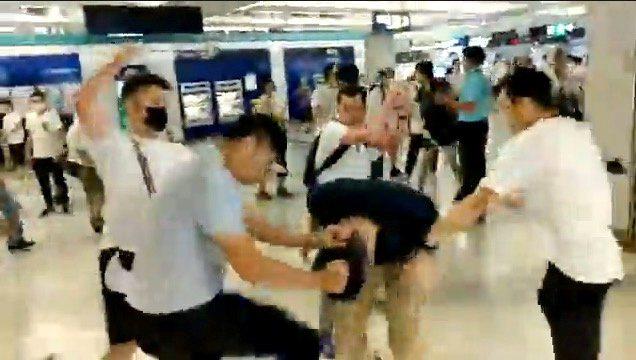 香港元朗站發生令人震驚的暴力行為 路透社