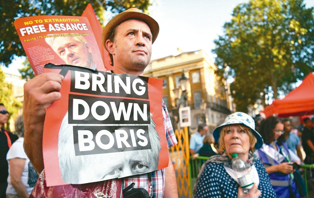 反對強生出任首相的英國民眾22日舉起標語:「把他拉下馬」。 歐新社