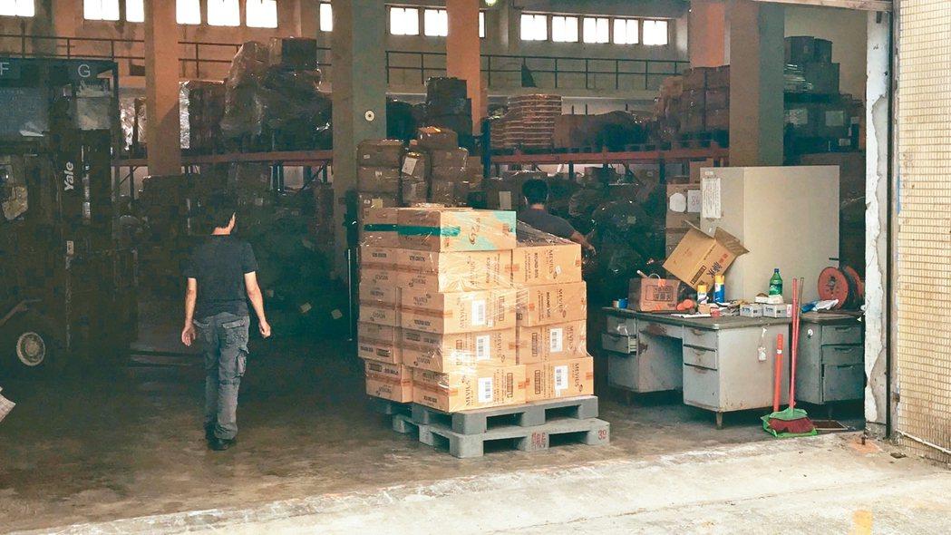 國安局官員涉嫌夾帶9800條香菸闖關入境,被海關查扣存放在私貨倉庫。 圖/讀者提...