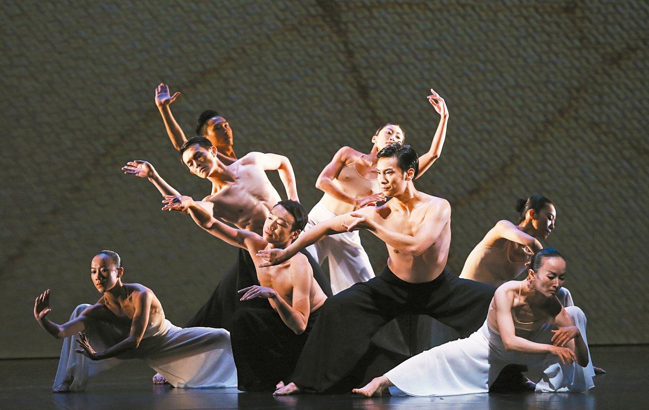 雲門舞集藝術總監林懷民年底將退休,本周六的戶外公演,是他最後一次站在公演台上。 ...