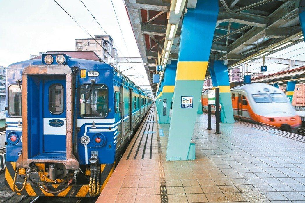 台鐵汐止車站,區間車為了讓自強號優先通過,會停等數分鐘。 記者王騰毅/攝影