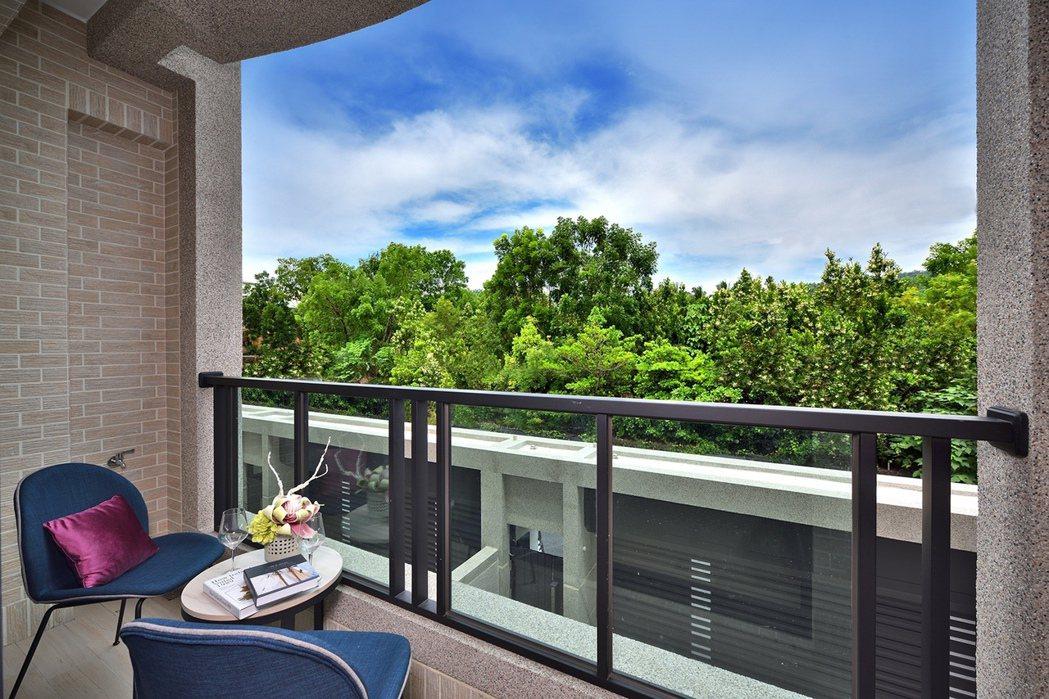 「都心院」滿眼青山綠意的休憩陽台。圖片提供/和闐建築事業