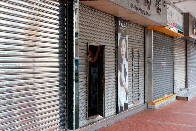 香港元朗大部份店面歇業。 路透