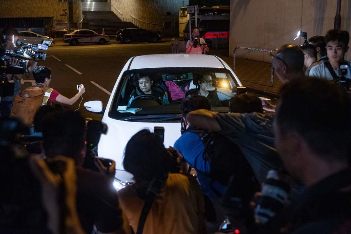 香港各大媒體報導,李漢民在7月21日晚間就已趕到元朗,但卻以「人手不夠」為由,多...