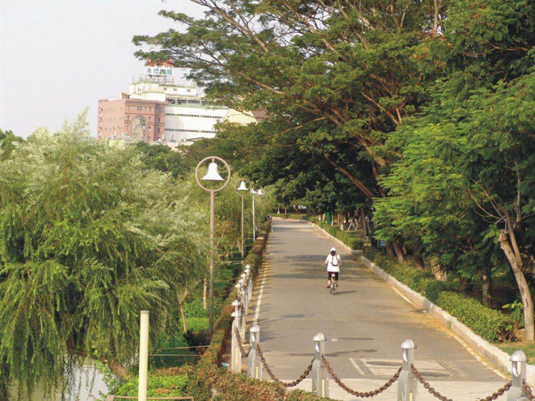 河堤公園濃蔭綠帶,鮮氧spa隨時供應。圖片提供/勇貿建設