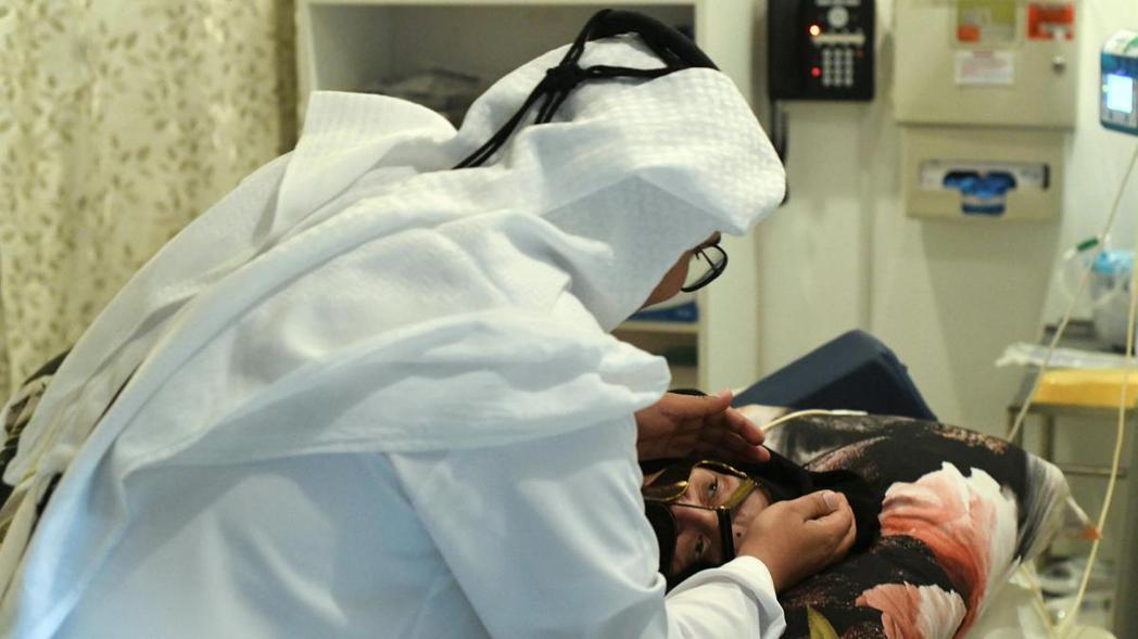 Munira Abdulla和她兒子。圖取自www.thenational.ae
