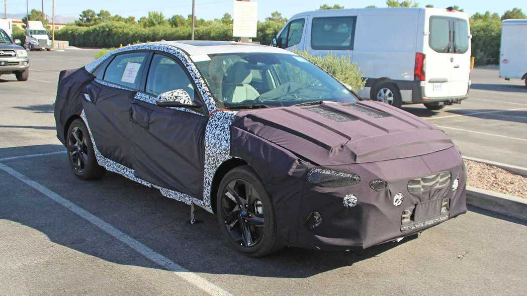 新世代Hyundai Elantra偽裝車首度捕獲。 摘自Motor 1