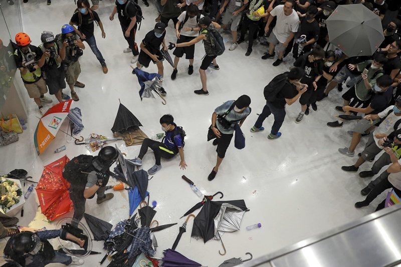 7月16日示威遊行時的警民衝突,攝於香港。 圖/美聯社