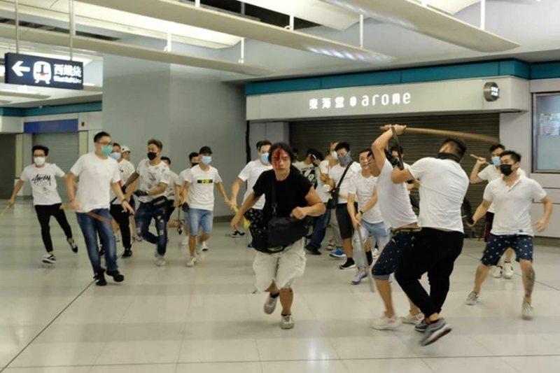 7月21日示威遊行後,元朗地鐵內發生身穿白衣的大批幫派份子追打示威者。 圖/Twitter@WilsonLeungWS