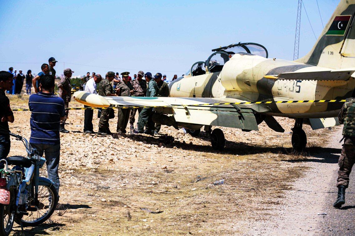 不過《法新社》報導,突尼西亞政府內部謠傳該名飛官其實是「叛逃」。裝有炸彈的飛機,...