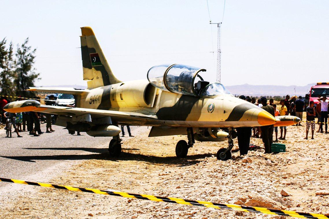 突尼西亞軍方表示,這架捷克製的「古董飛機」是目前叛亂中的軍閥部隊「利比亞國民軍」...