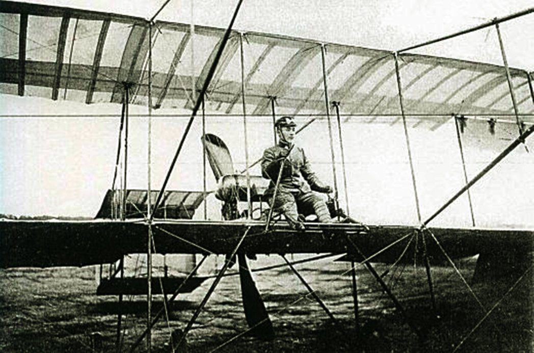 圖為德川好敏。1910年帝國陸軍步兵大尉日野熊藏與德川好敏,前往歐洲視察航空發展...