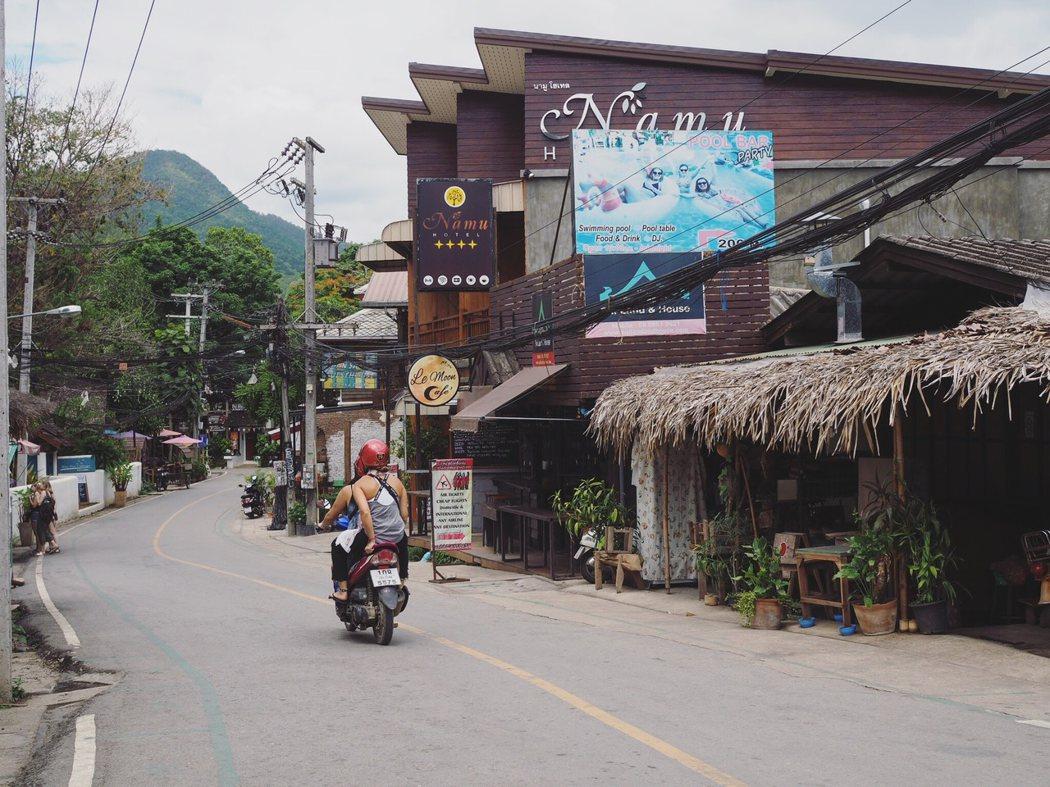 Pai 鎮上沒有tuk tuk 或計程車,大家都是騎摩托車或者用走的。