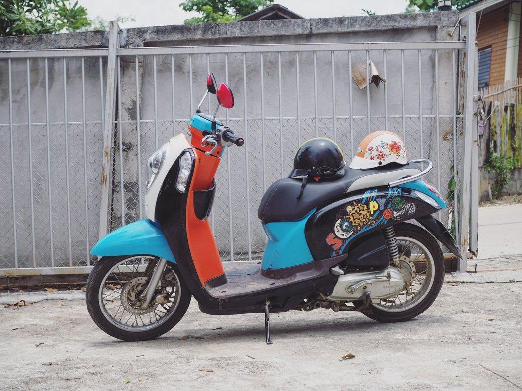 就連租借的摩托車也感覺特別嬉皮。