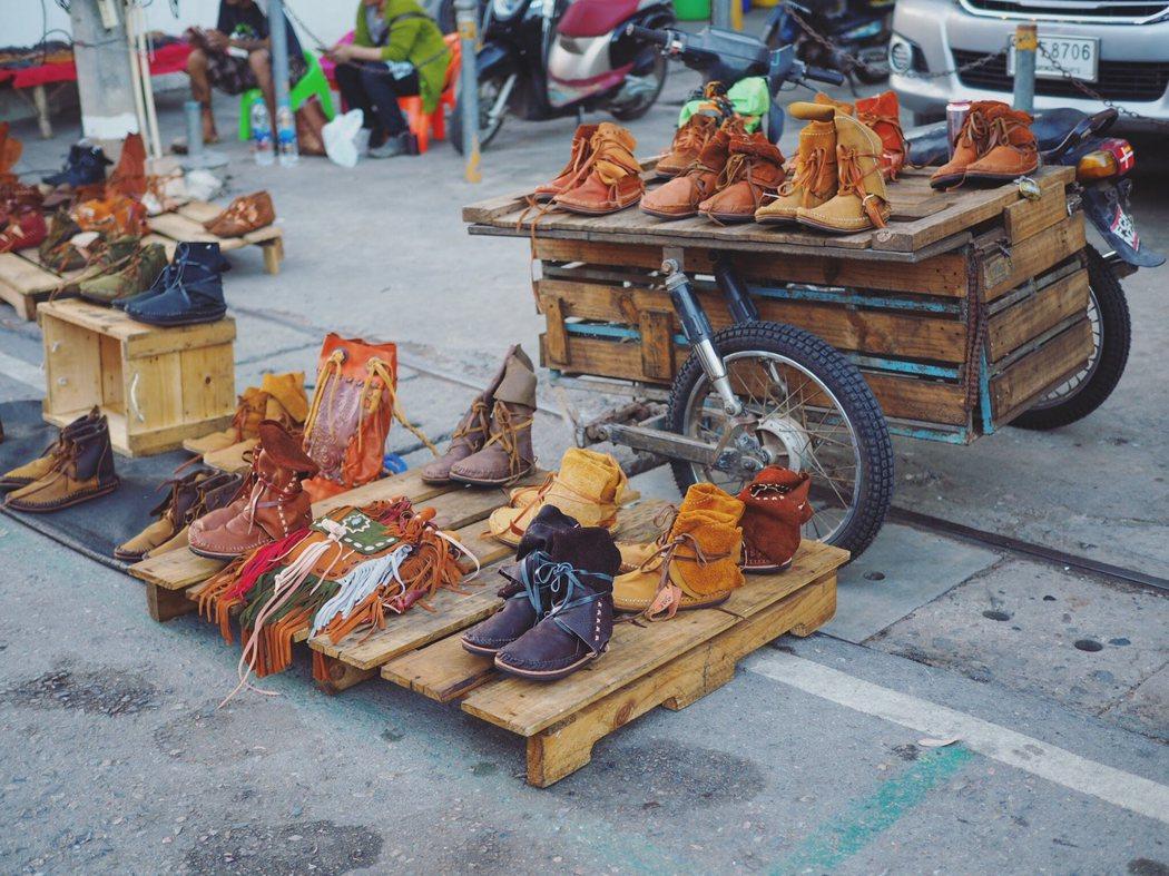 帶有流蘇的包包和皮鞋也是嬉皮士的最愛。