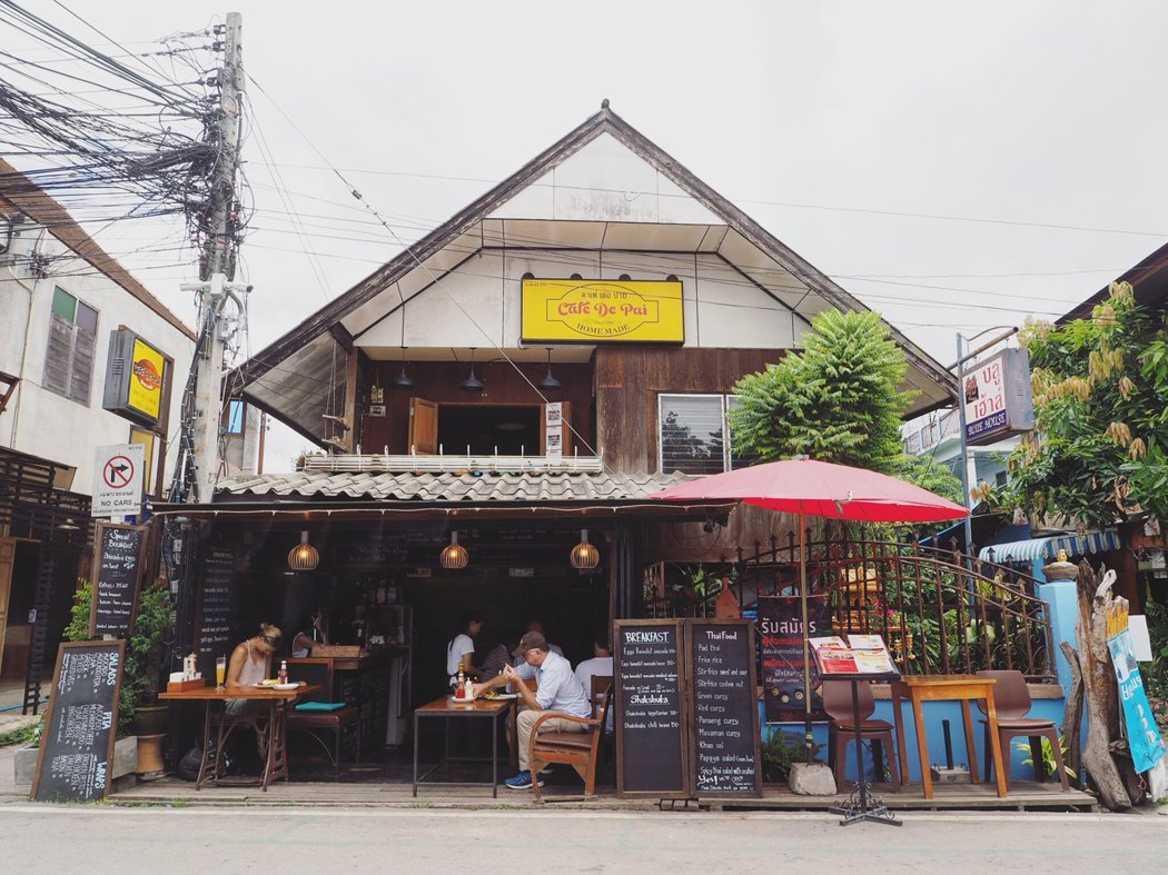 Pai 鎮上充斥著西式咖啡館。
