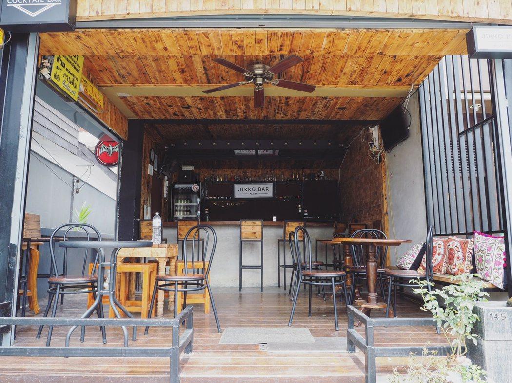 滿街的不是咖啡館就是酒吧。
