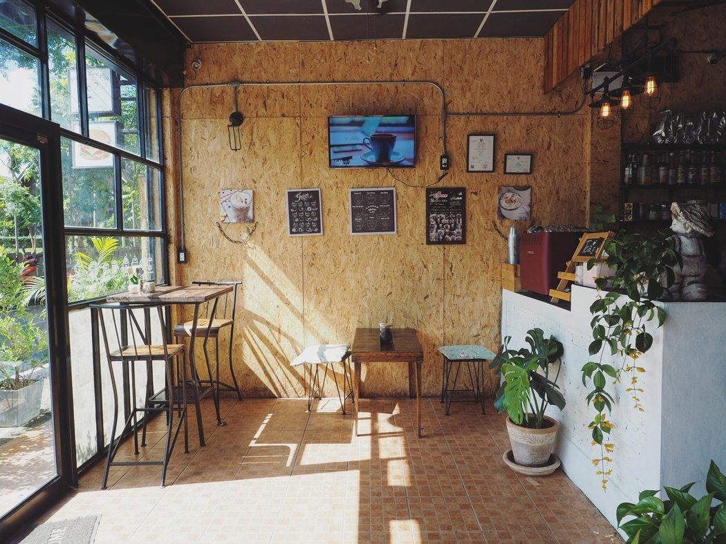 在熱得快昏倒得天氣裏,有空調的咖啡館成了大家的熱選。
