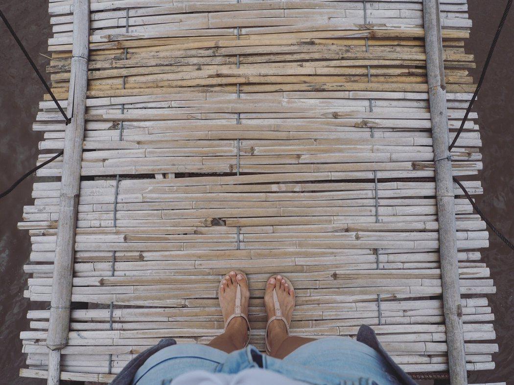 偶然發現了一條竹制吊橋,窄得只能讓一個人通過。