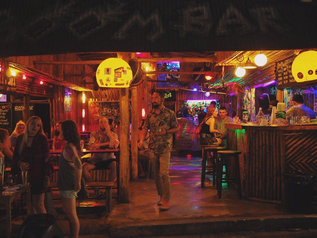 到了晚上,Pai 便成爲遊客派對的地方