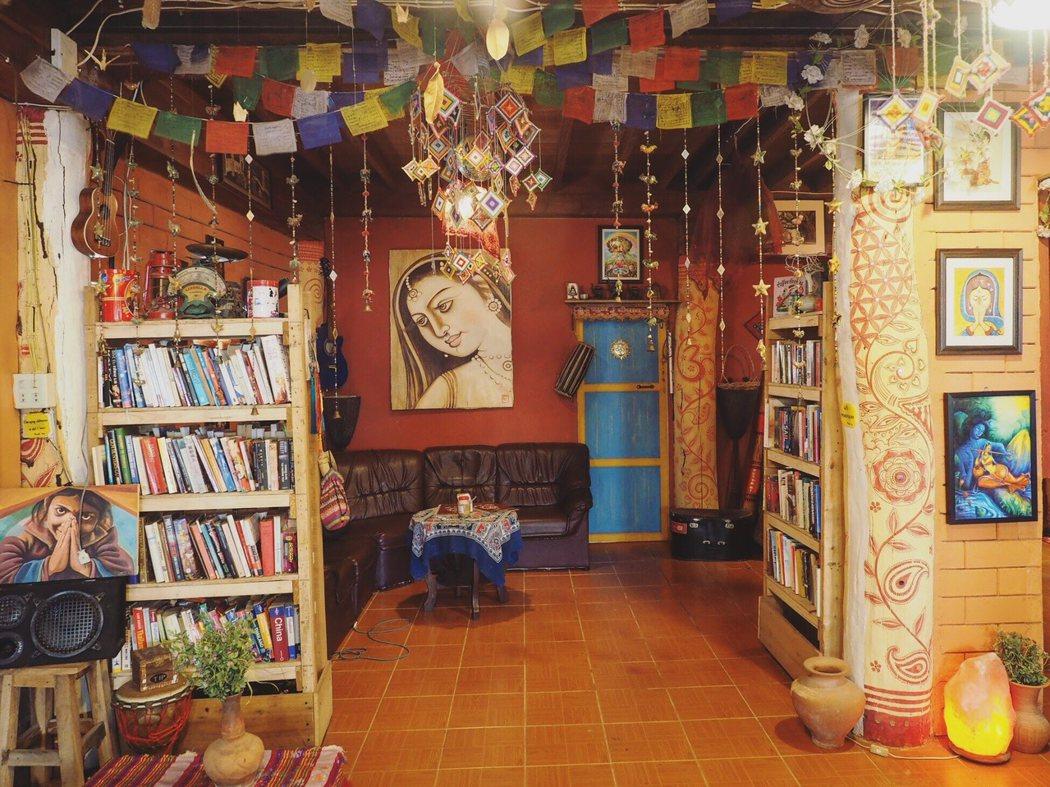 從咖啡館的裝飾可以看得出老板對各種宗教的研究。