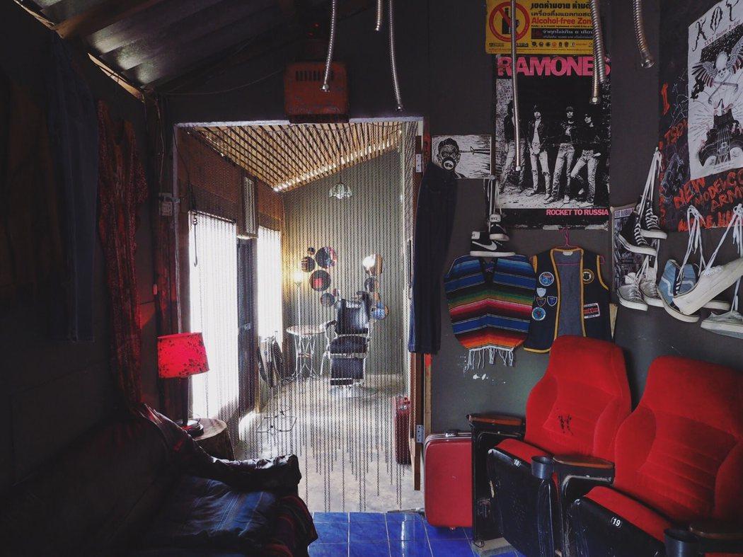 店的後方是刺青和髒辮工作室。