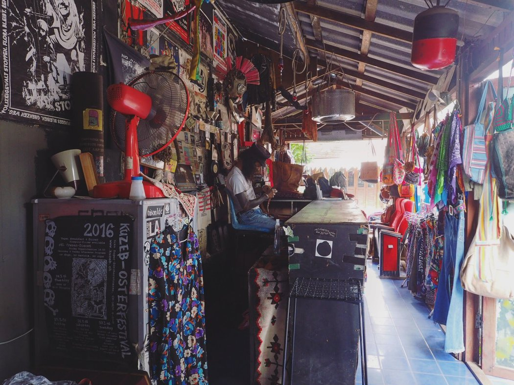 Blah Blah Bar 集合了二手服飾店、刺青和髒辮工作室,以及半日酒吧。