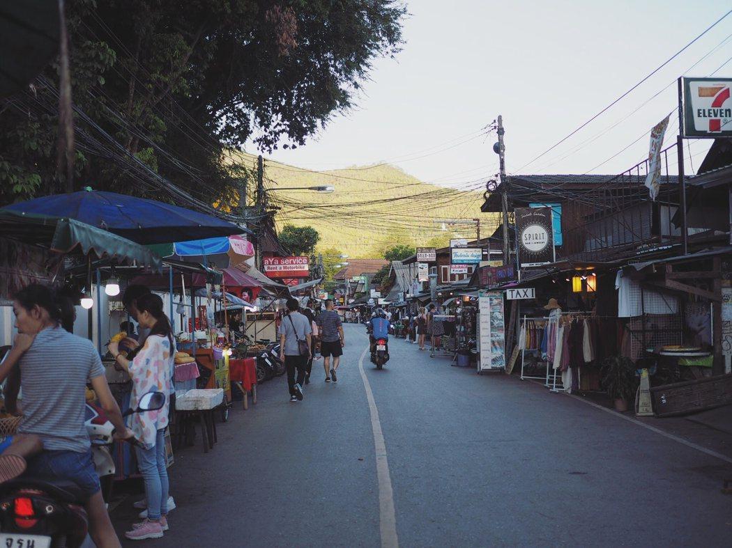 到了傍晚Pai 的步行街便開始熱鬧起來。