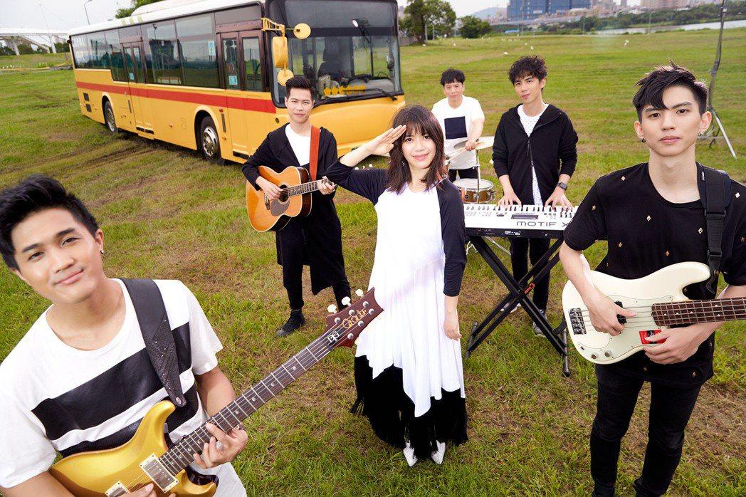 郭修彧(中)組了期間限定樂團。圖/妮樂佛提供