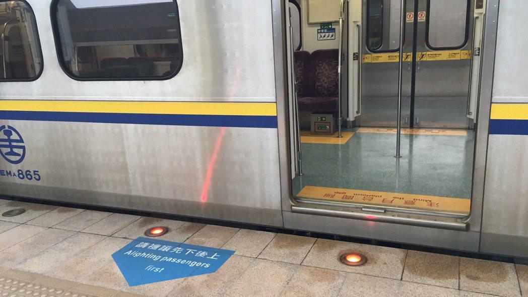 台鐵區間車雖有畫設排隊線,但多數列車都對不準,形同虛設。 記者吳姿賢/攝影