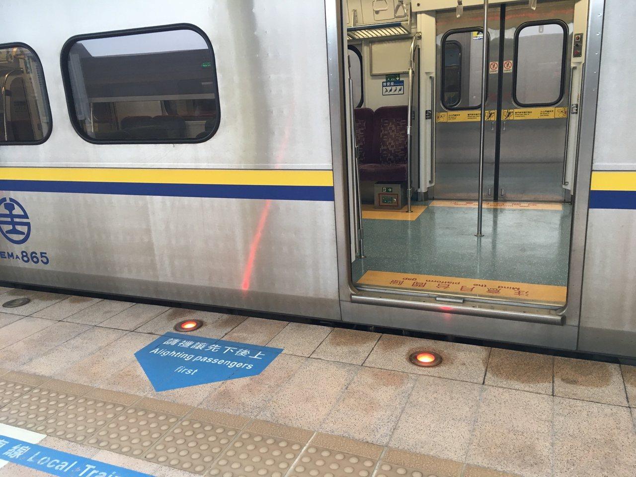 台鐵區間車雖有畫設排隊線,但多數列車都對不準,形同虛設。記者吳姿賢/攝影